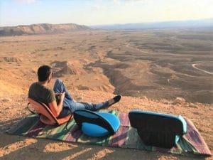 כסאות מתקפלים בטיול במדבר