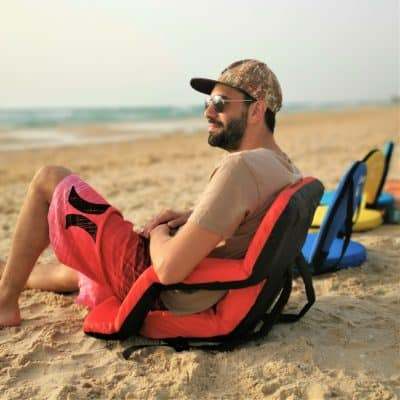 כסא הנוחות המתקפל עם משענת מתכווננת בחוף הים