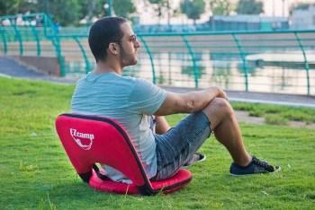 כסא אדום בפארק