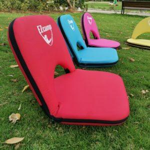 כיסאות פיקניק בפארק על הדשא
